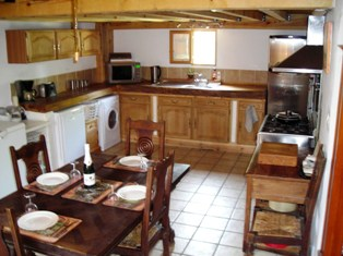carp_fishing_france_lodge_kitchen_dinner